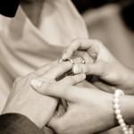 Photo représentant 2 mariés en train de se passer la bague aux doigts