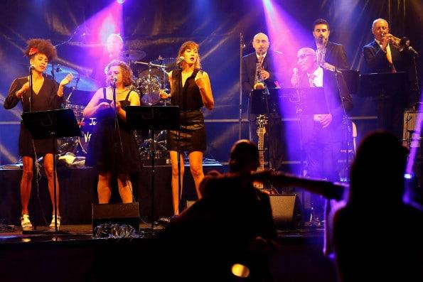 notre groupe de jazz en train de jouer lors d'un évènement public